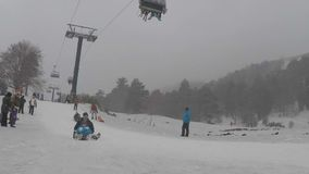 Barn och föräldrar har gyckel med sledding, timelapse stock video