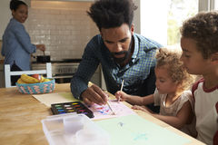 Barn och faderPainting Picture On köksbord arkivfoto