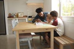 Barn och faderPainting Picture On köksbord arkivbilder