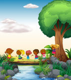 Barn och flod Arkivfoto
