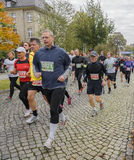 Barn och gamal manmaraton Magdeburg, oktober 2015 Royaltyfri Foto