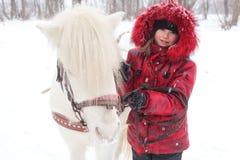 Barn och häst royaltyfria bilder