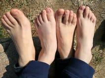 Barn och hans fot för mothes` s Arkivfoto