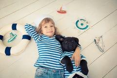 Barn och hund royaltyfria bilder