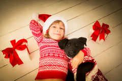 Barn och hund i jul Royaltyfria Bilder