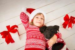 Barn och hund i jul Fotografering för Bildbyråer