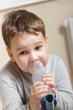 Barn och inhaler Arkivbild