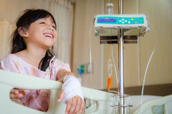 Barn och läkarundersökning arkivfoto