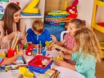 Barn och läraren är förlovade i idérika aktiviteter för utbildning Arkivfoton