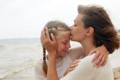 barn och lyckligt förälderbegrepp - krama modern och dottern Royaltyfria Bilder