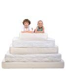 Barn och många madrasser Arkivfoto