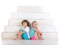 Barn och många madrasser Royaltyfria Foton