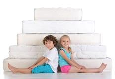 Barn och många madrasser Royaltyfria Bilder