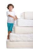 Barn och många madrasser Arkivfoton