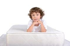 Barn och många madrasser Royaltyfri Bild