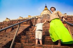 Barn- och mammaklättring på den Shwesandaw pagoden i Bagan myanmar arkivfoto