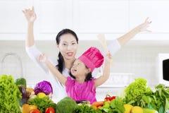 Barn och moder med grönsaker royaltyfri fotografi