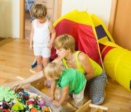 Barn och moder som samlar leksaker Royaltyfria Bilder