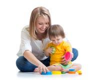 Barn och moder som spelar med leksaker Royaltyfri Bild