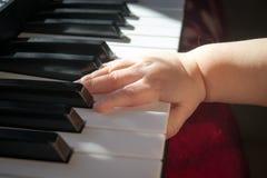 Barn och musik arkivbild