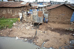 Barn och nedsmutsat vatten, Kibera Kenya arkivbilder