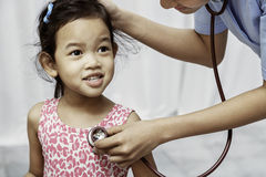 Barn och pediatriker fotografering för bildbyråer
