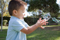 Barn och såpbubblor royaltyfri foto