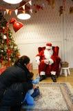 Barn och Santa Claus Royaltyfri Foto
