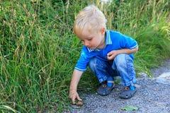 Barn och snail Fotografering för Bildbyråer