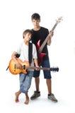 Barn och tonåring med gitarren och basen Arkivfoton