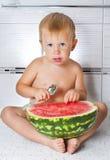 Barn och vattenmelon Fotografering för Bildbyråer