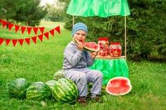 Barn och vattenmelon arkivfoton