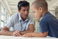 Barn- och vuxen människaläsning Royaltyfri Bild