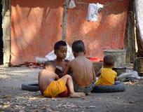 Barn på bygd i Mandalay, Myanmar Royaltyfri Fotografi
