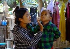 Barn på bygd i Mandalay, Myanmar Arkivfoto