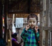 Barn på bygd i Mandalay, Myanmar Royaltyfria Foton