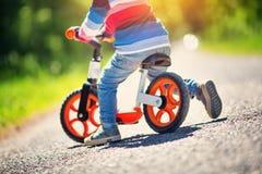 Barn på cyklar arkivfoto