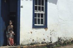 Barn på dörren av deras hus i Tiradentes, Minas Gerais, Royaltyfri Foto