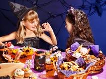 Barn på den Halloween deltagaren. Arkivbild