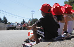 Barn på den Kanada dagen ståtar Royaltyfria Bilder