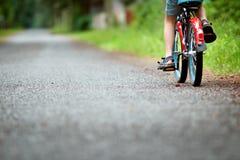 Barn på en cykel Royaltyfri Fotografi