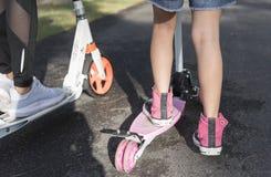 Barn på en sparkcykel Royaltyfri Foto