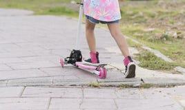 Barn på en sparkcykel Arkivfoto