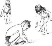Barn på en strand Arkivfoton