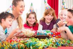 Barn på födelsedagpartiet som knaprar godisar Royaltyfri Foto