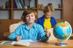 Barn på geografikursen i skolaklassrum bilda begrepp royaltyfri bild