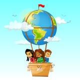 Barn på illustration för vektor för ballong för varm luft för jordklot av tecknad filmloppet äventyrar kamratskap- och skolutbild royaltyfri illustrationer