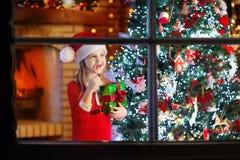 Barn på julgranen och spisen på Xmas-helgdagsafton royaltyfria bilder