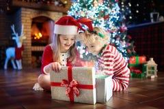 Barn på julgranen Ungar på spisen på Xmas royaltyfria foton