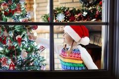 Barn på julgranen Unge på spisen på Xmas arkivbilder